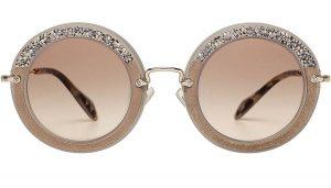 แว่นกันแดดตกแต่งกรอบด้วยคริสตัลจาก MIU MIU ราคา 12,950 บาท